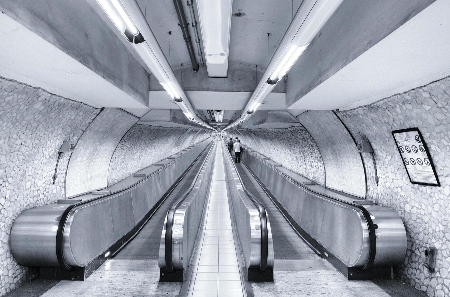 Rome, Italië, 2020 - zwart-wit van een metroterminal foto