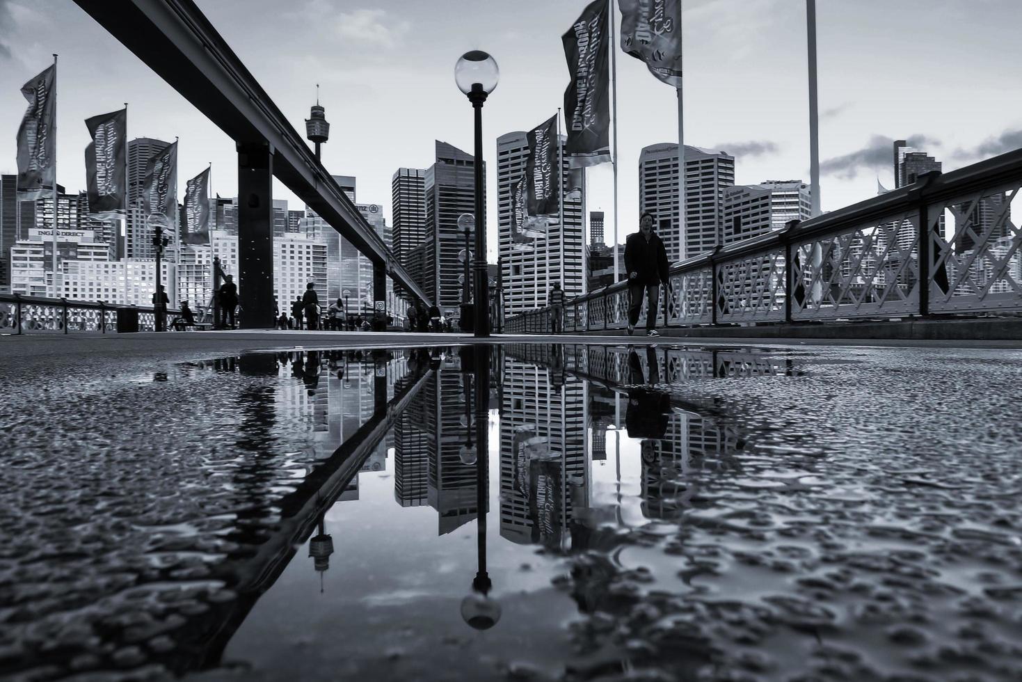 sydney, Australië, 2020 - mensen die na regen in de stad lopen foto