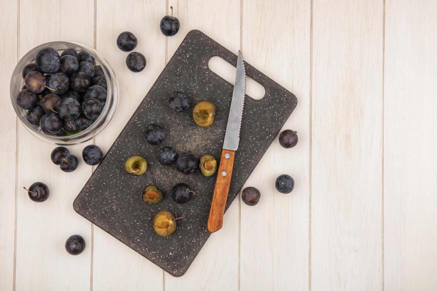 donkere bessen op een keuken snijplank foto