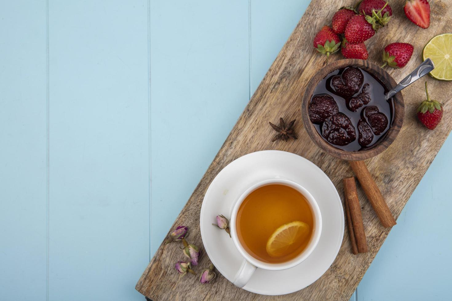 thee met bessenjam op een blauwe achtergrond met kopie ruimte foto