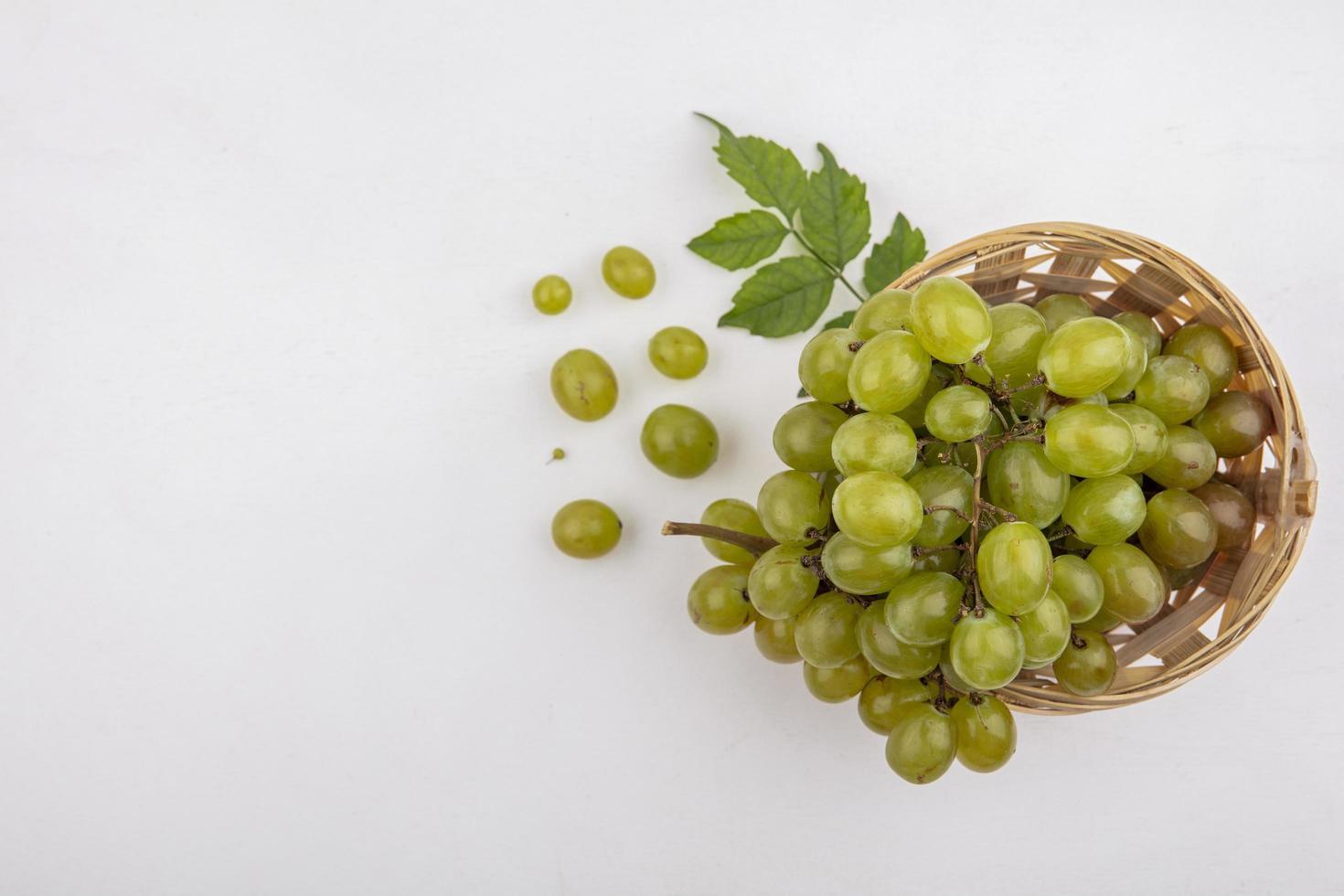 druiven op grijze achtergrond met kopie ruimte foto