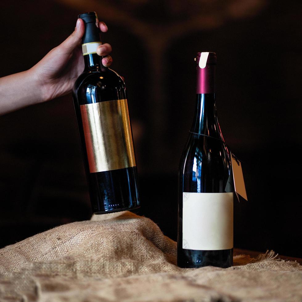 twee wijnflessen foto