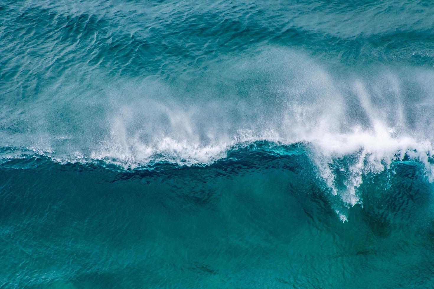 luchtfoto van blauwe oceaangolven foto