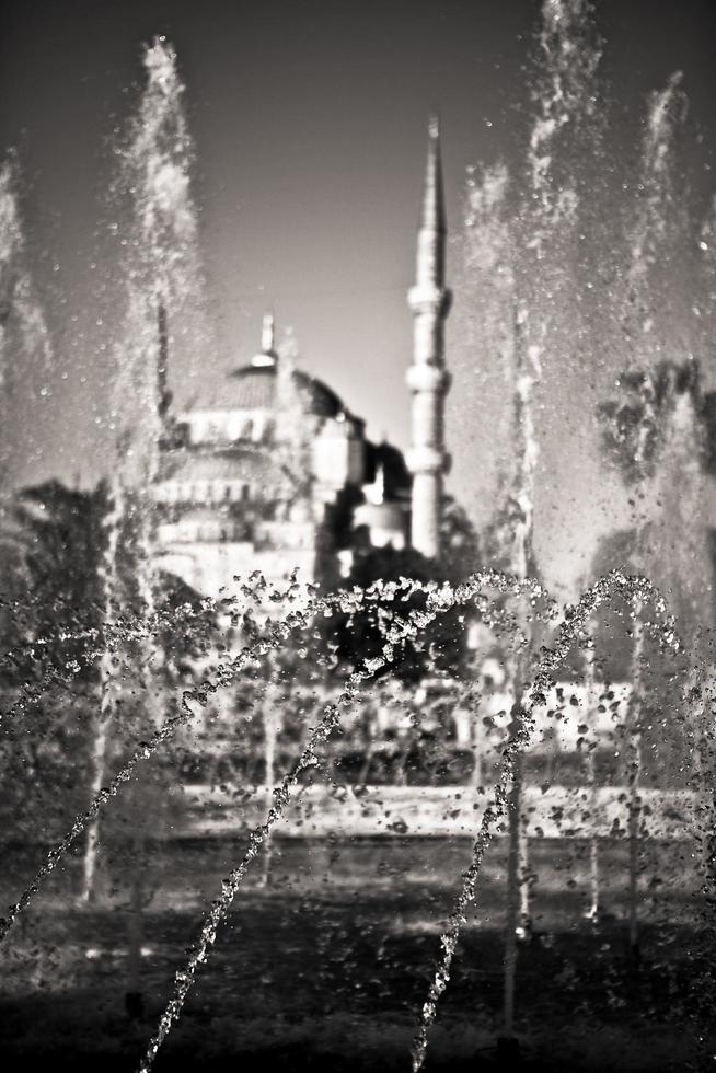 fontein met moskee op de achtergrond in Istanboel, Turkije foto