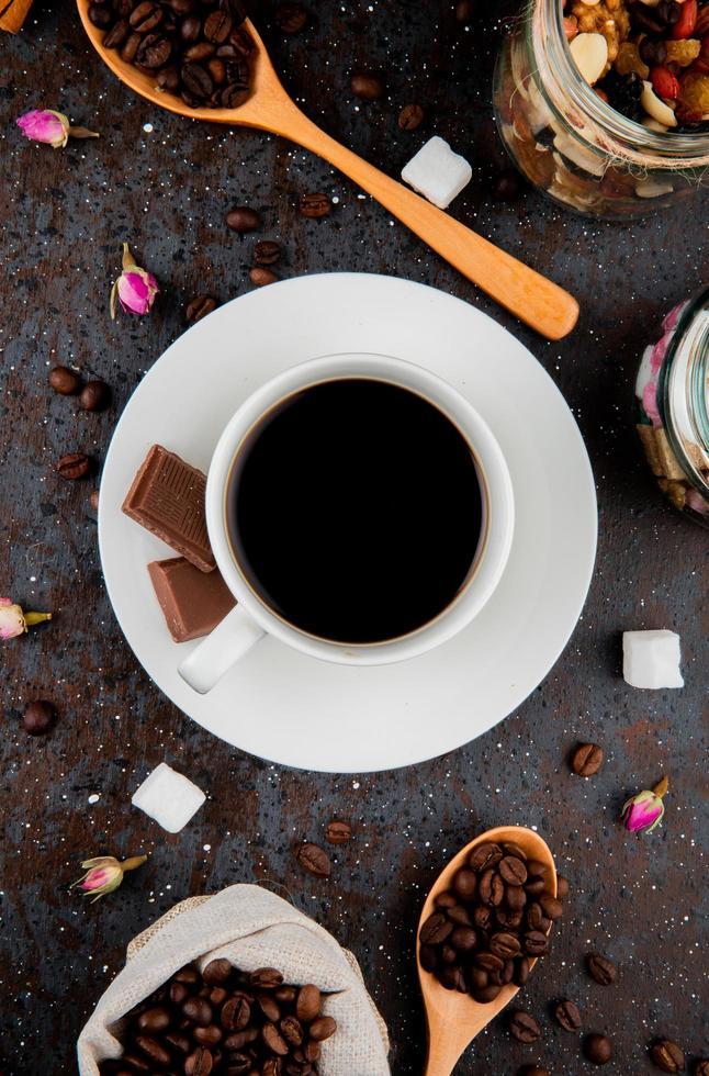 bovenaanzicht van een kopje koffie met chocolade foto