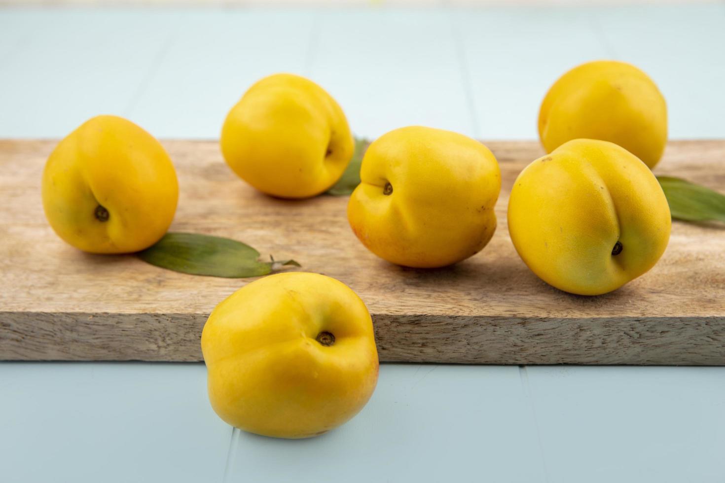 zijaanzicht van verse heerlijke gele perziken foto