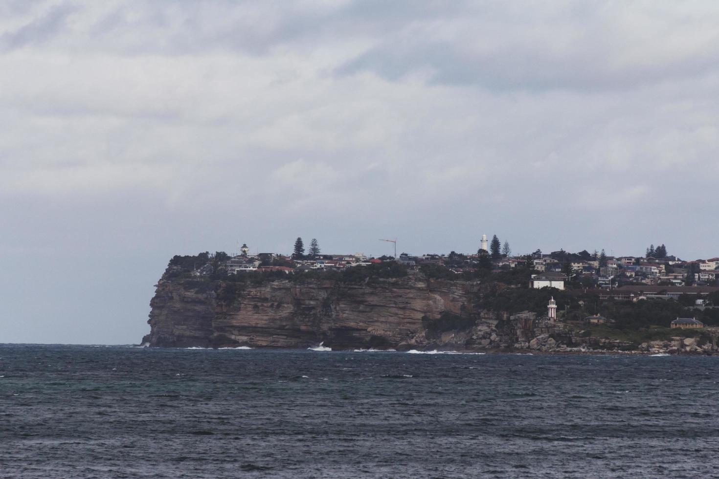 stadje op een klif vlakbij de zee foto