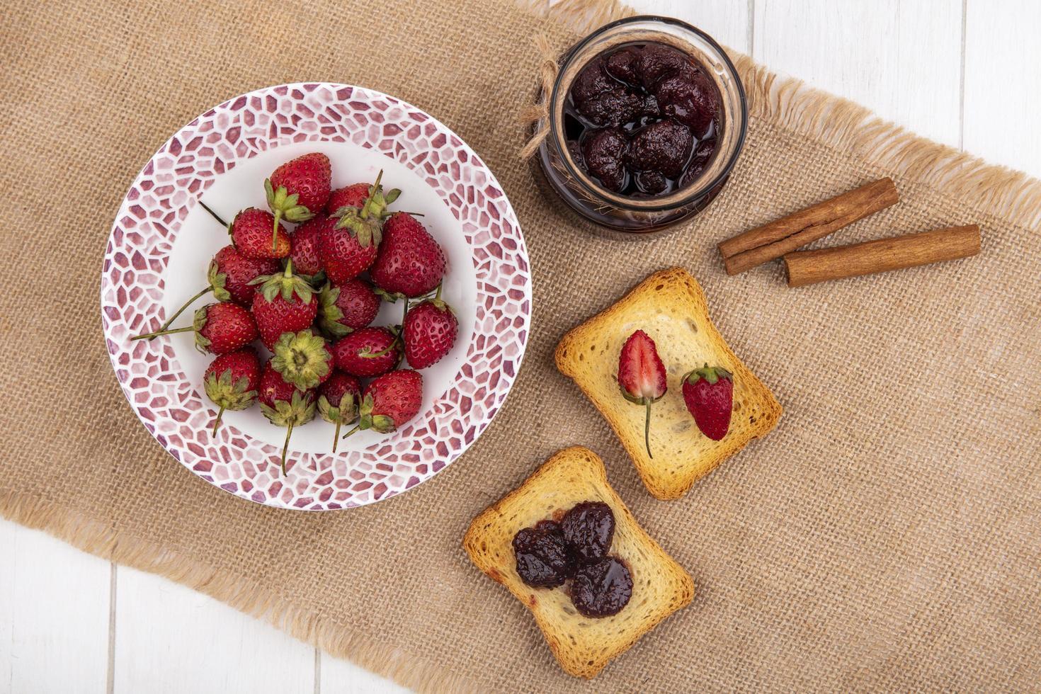 bovenaanzicht van verse aardbeien met jam foto