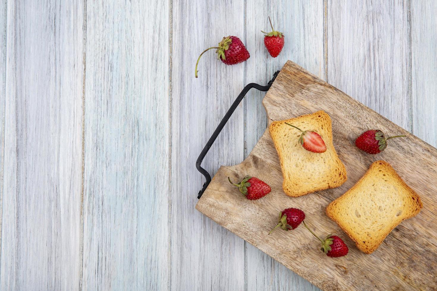 bovenaanzicht van verse aardbeien met sneetjes geroosterd brood foto