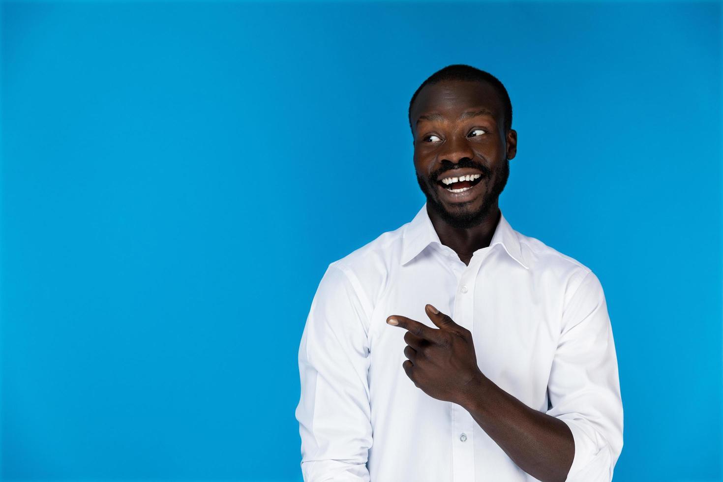 lachende man in wit overhemd foto