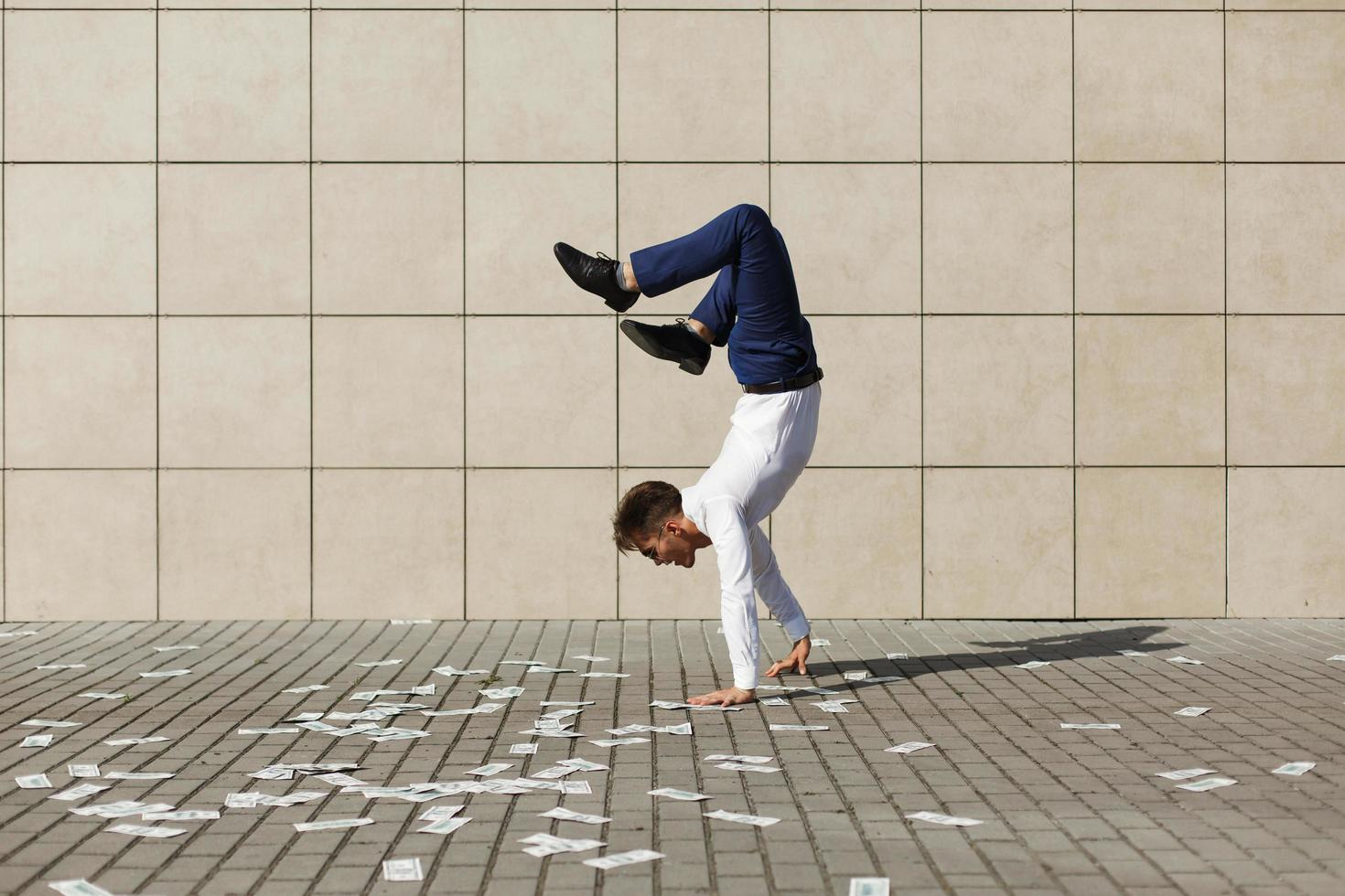 man doet handstand op straat foto