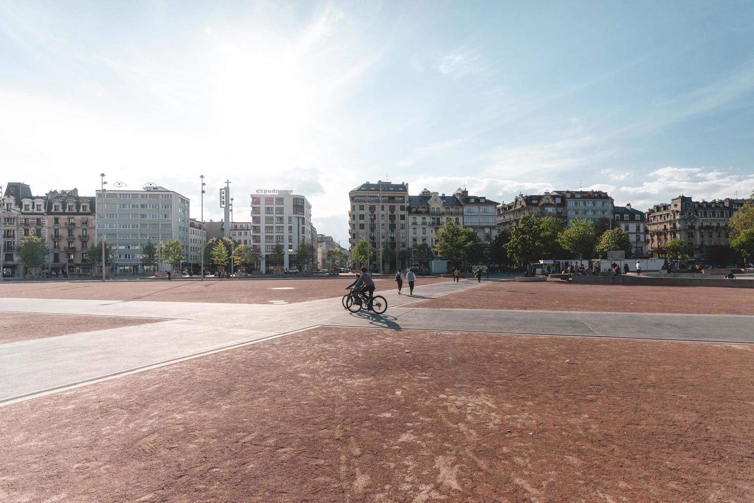 Genève, Zwitserland, 2019-toeristen verzamelen zich in het geasfalteerde stadscentrum foto