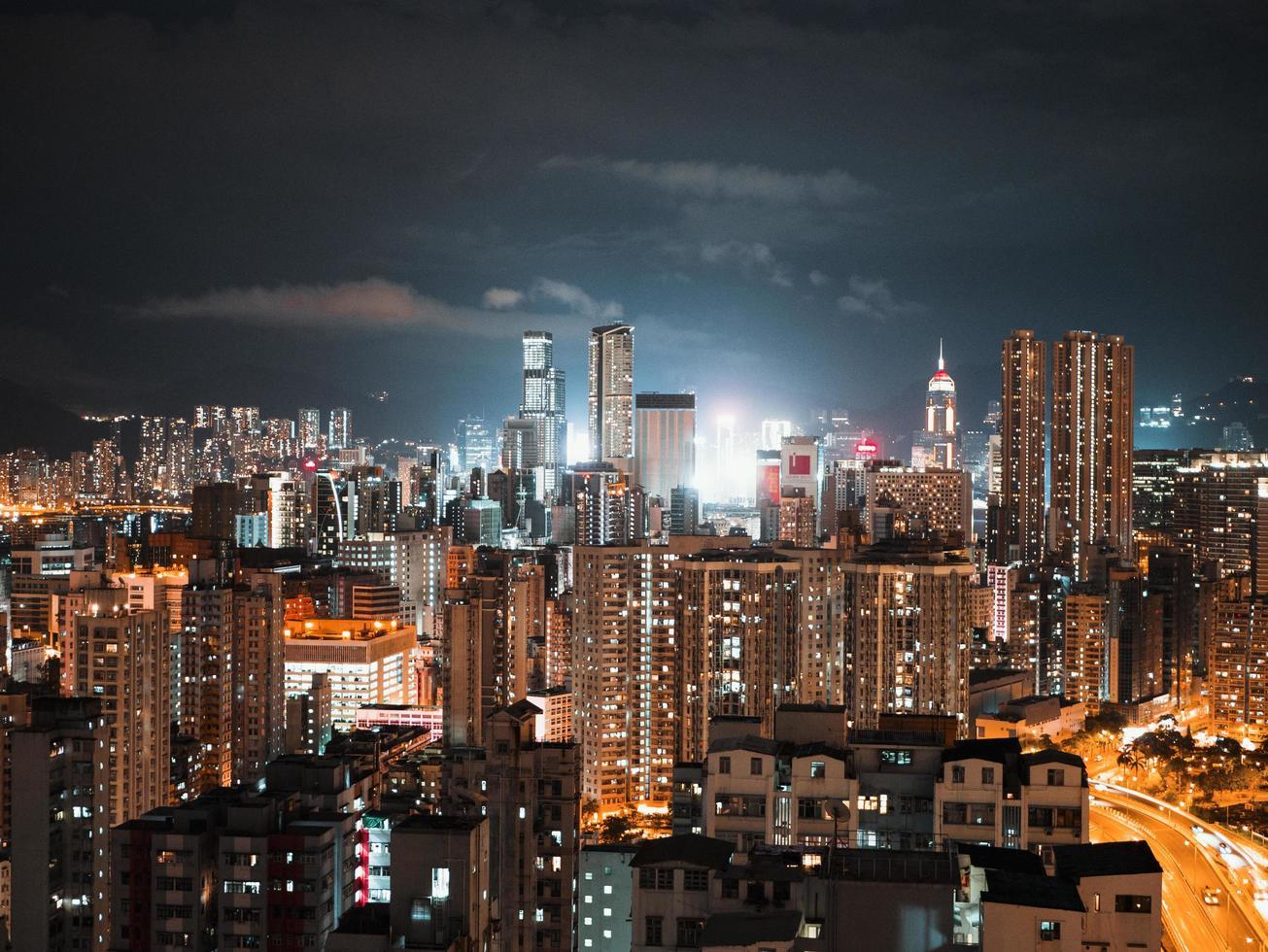 verlichte stadsgebouwen tijdens de nacht foto
