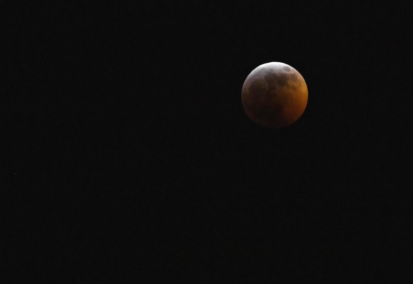 super bloed wolf maan eclips bereikt totaliteit foto