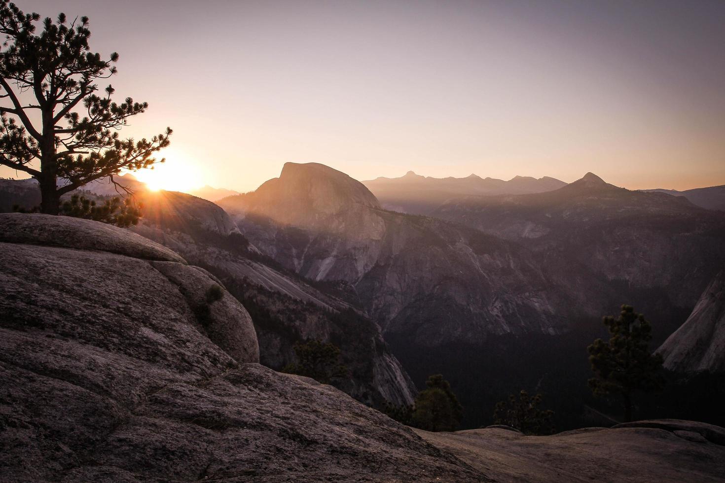 de zon gaat onder over het Yosemite Valley National Park foto