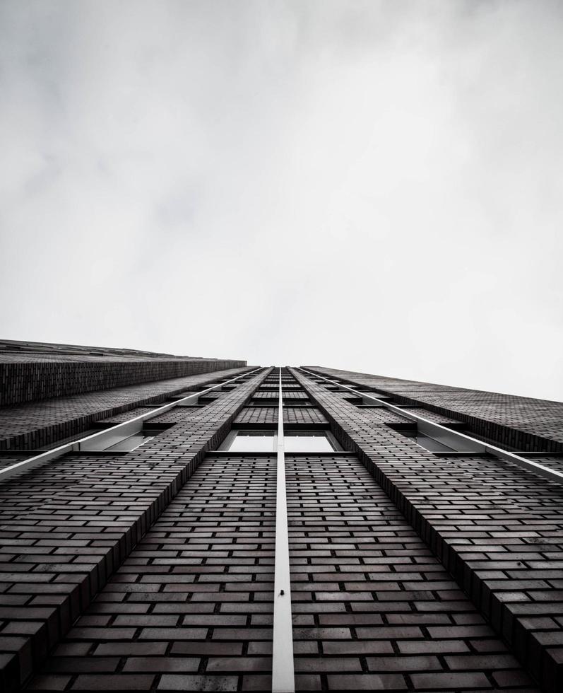 grijstinten van een gebouw foto