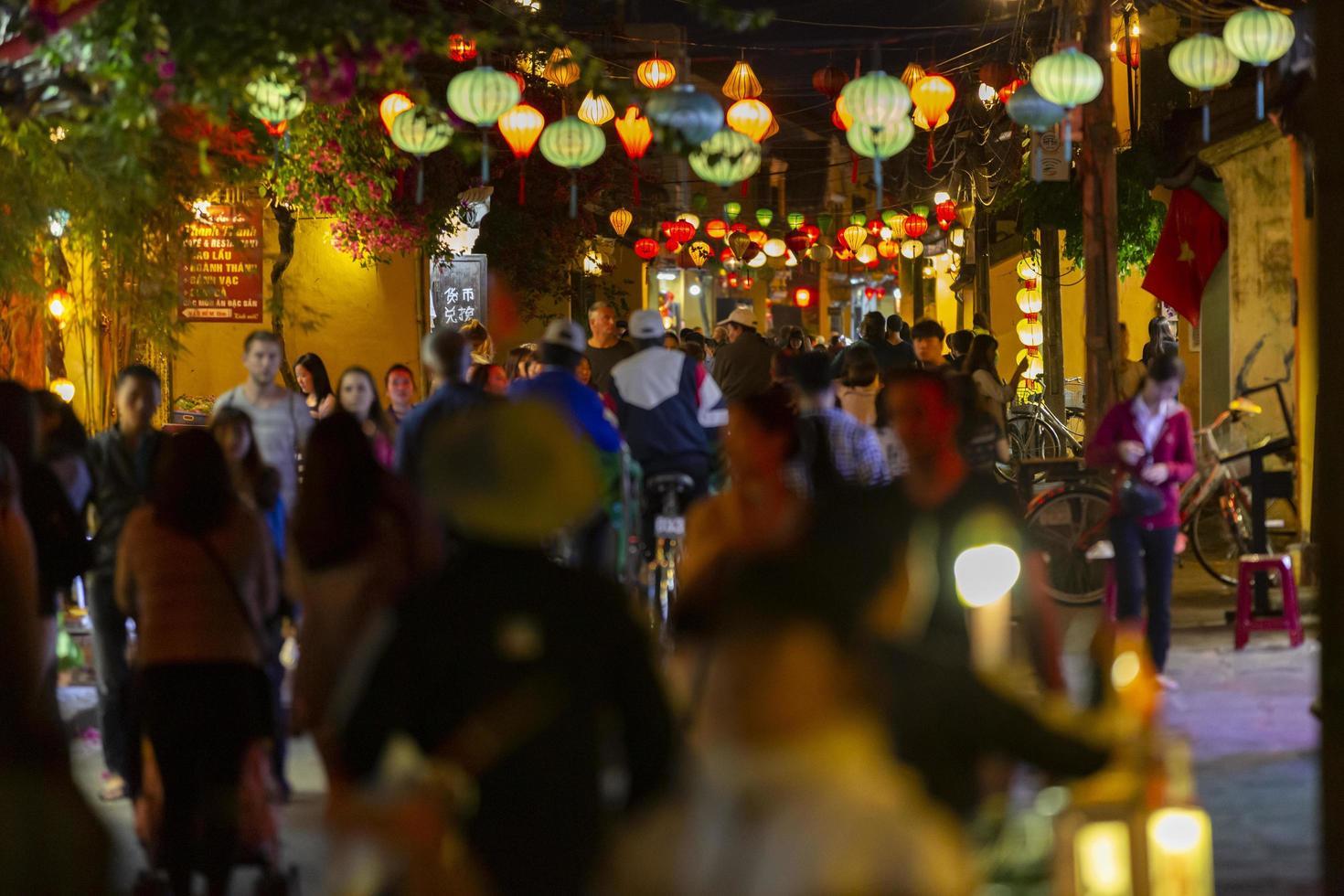 hoi an, vietnam, 2016-mensen lopen 's nachts door de straten foto