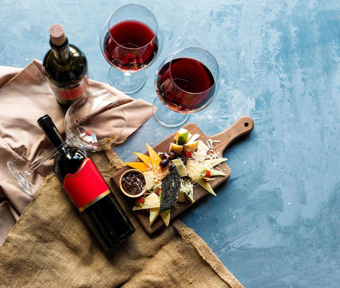 fles wijn en glazen met mix van kaas foto