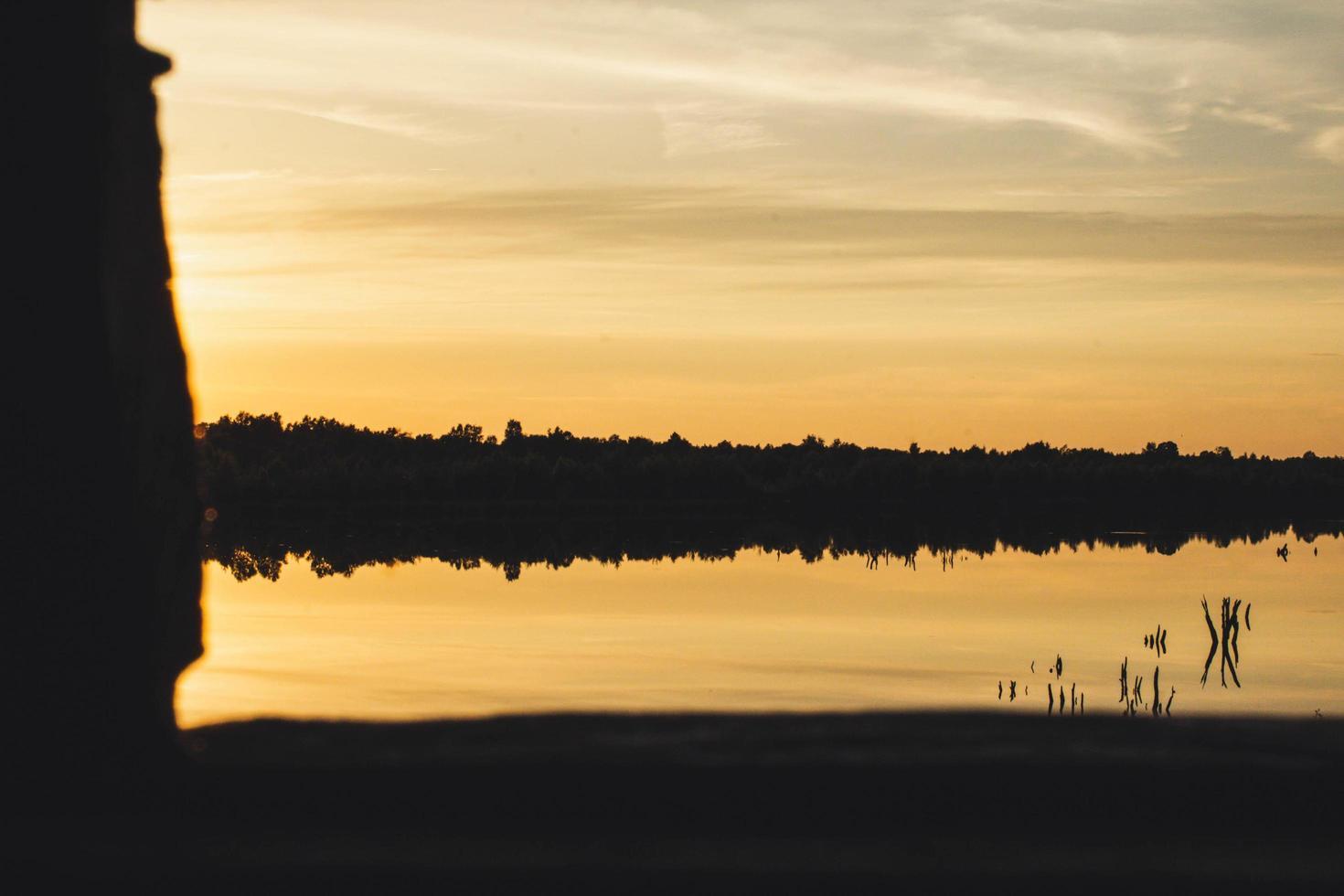 silhouet van land bij zonsondergang foto