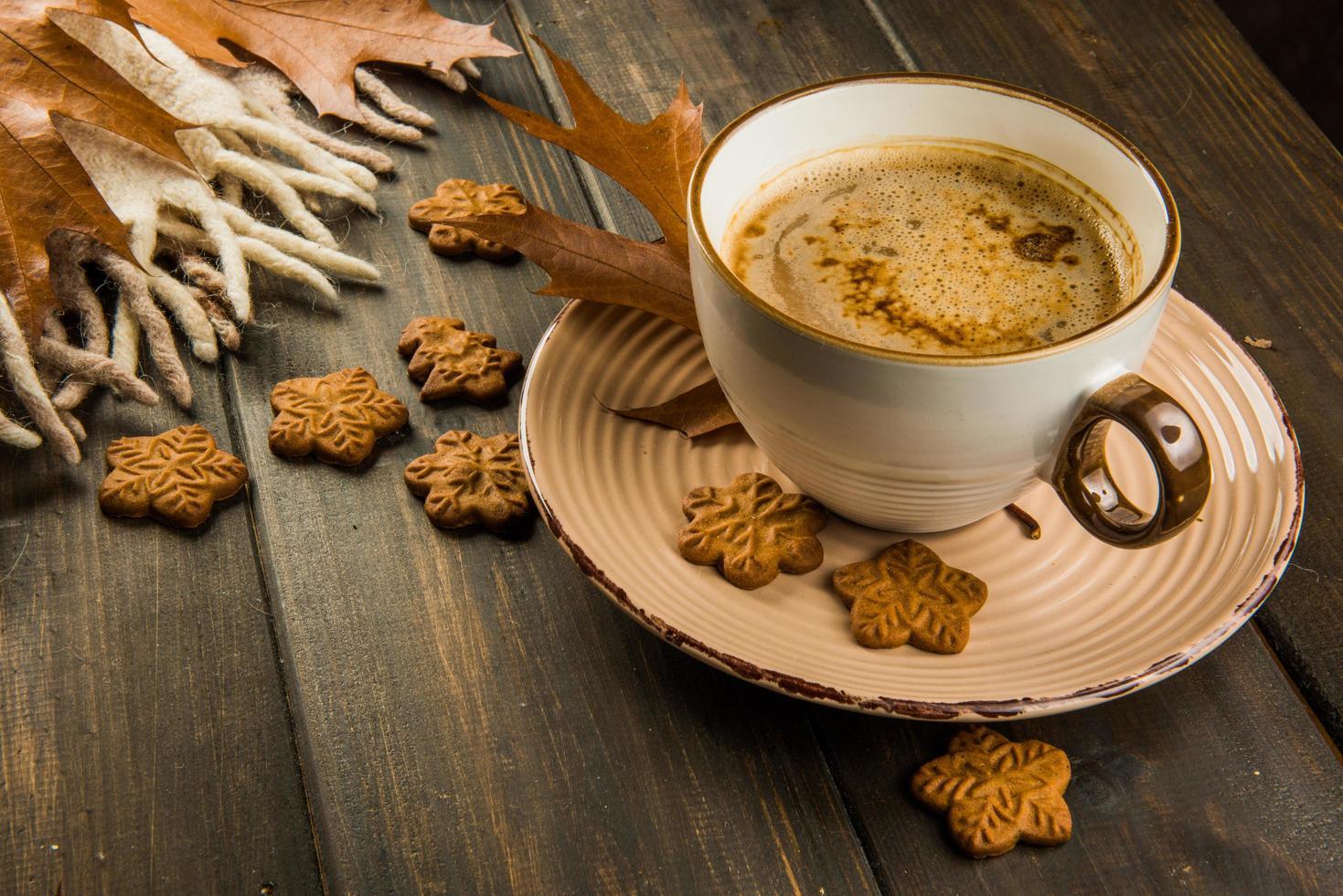 kopje warme koffie met koekjes foto