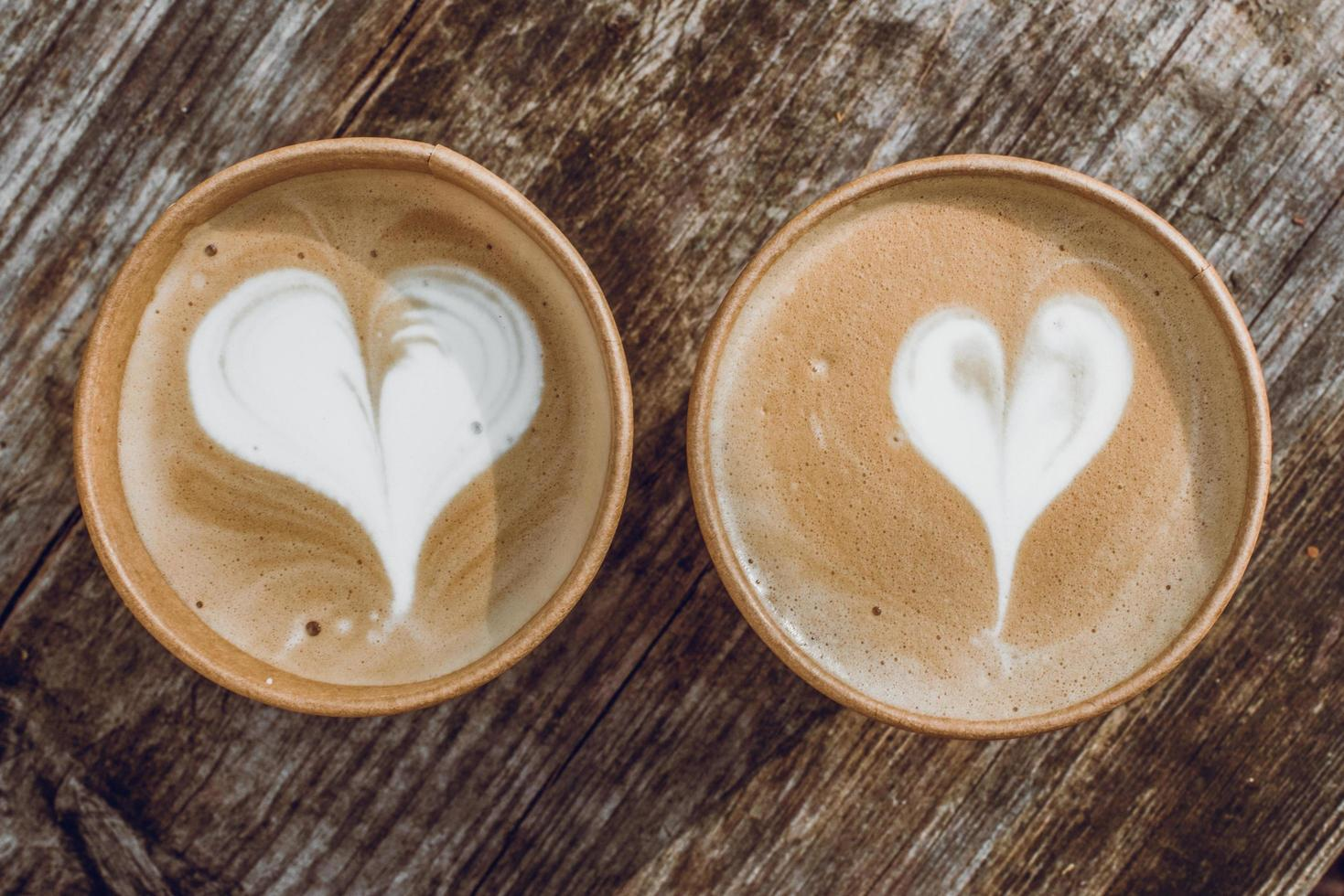bovenaanzicht van twee lattes foto