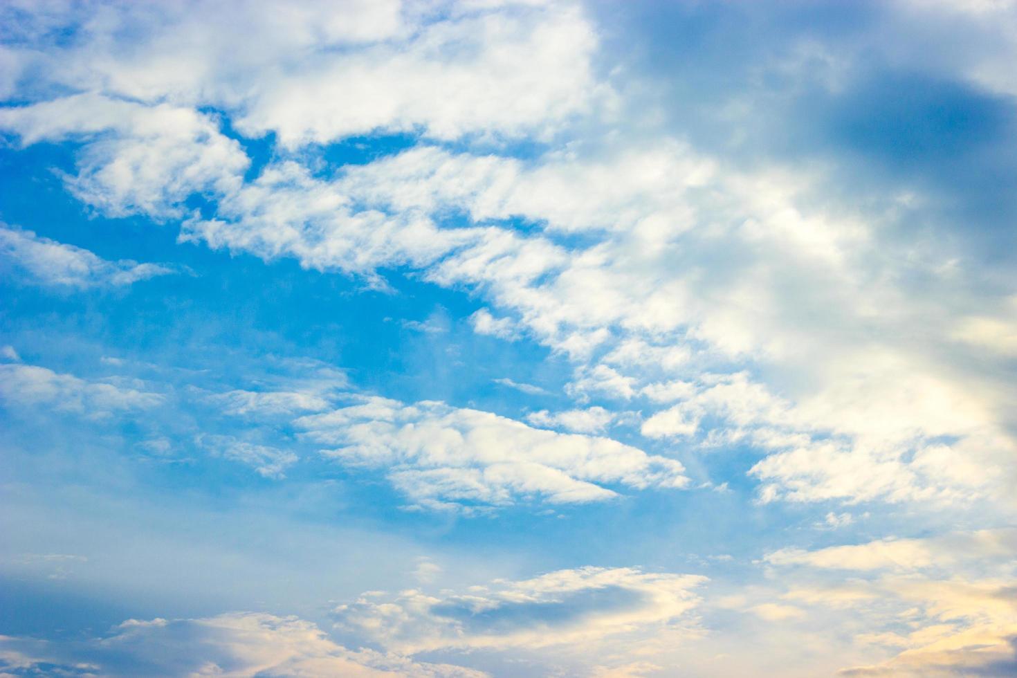 blauwe lucht en witte wolken bij zonsondergang foto
