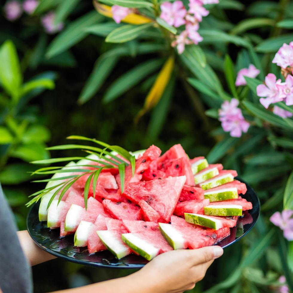 vrouw met watermeloen plakjes foto