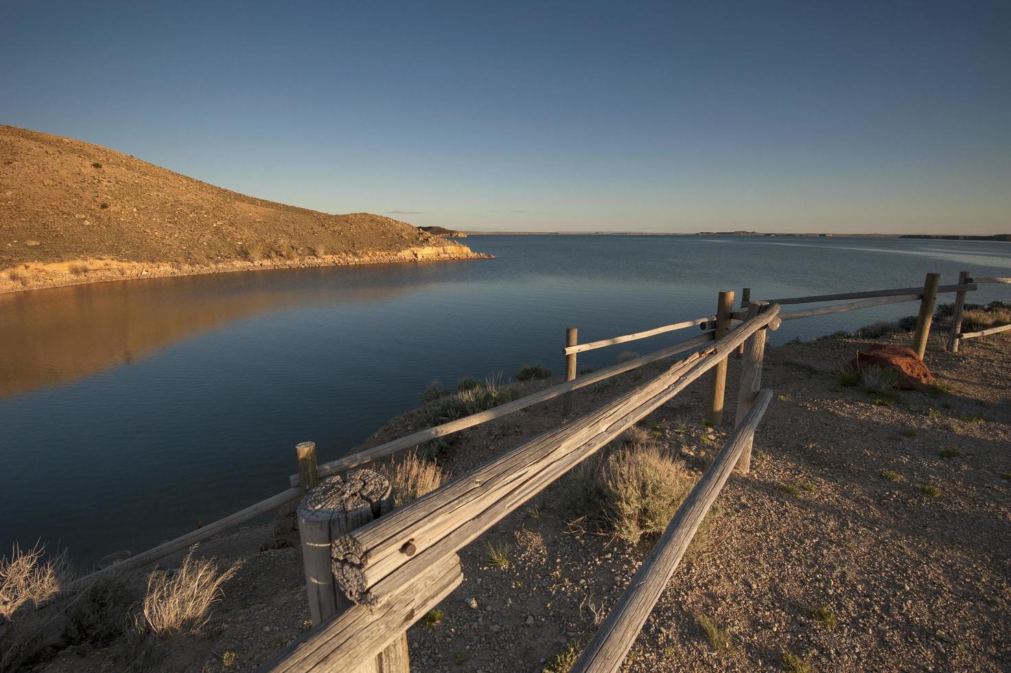 houten hek aan de oceaan foto