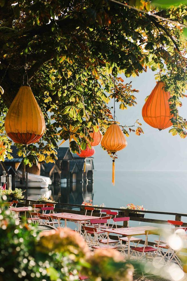 hallstatt, Australië, 2020 - oranje hanglampen in een boom in een café foto