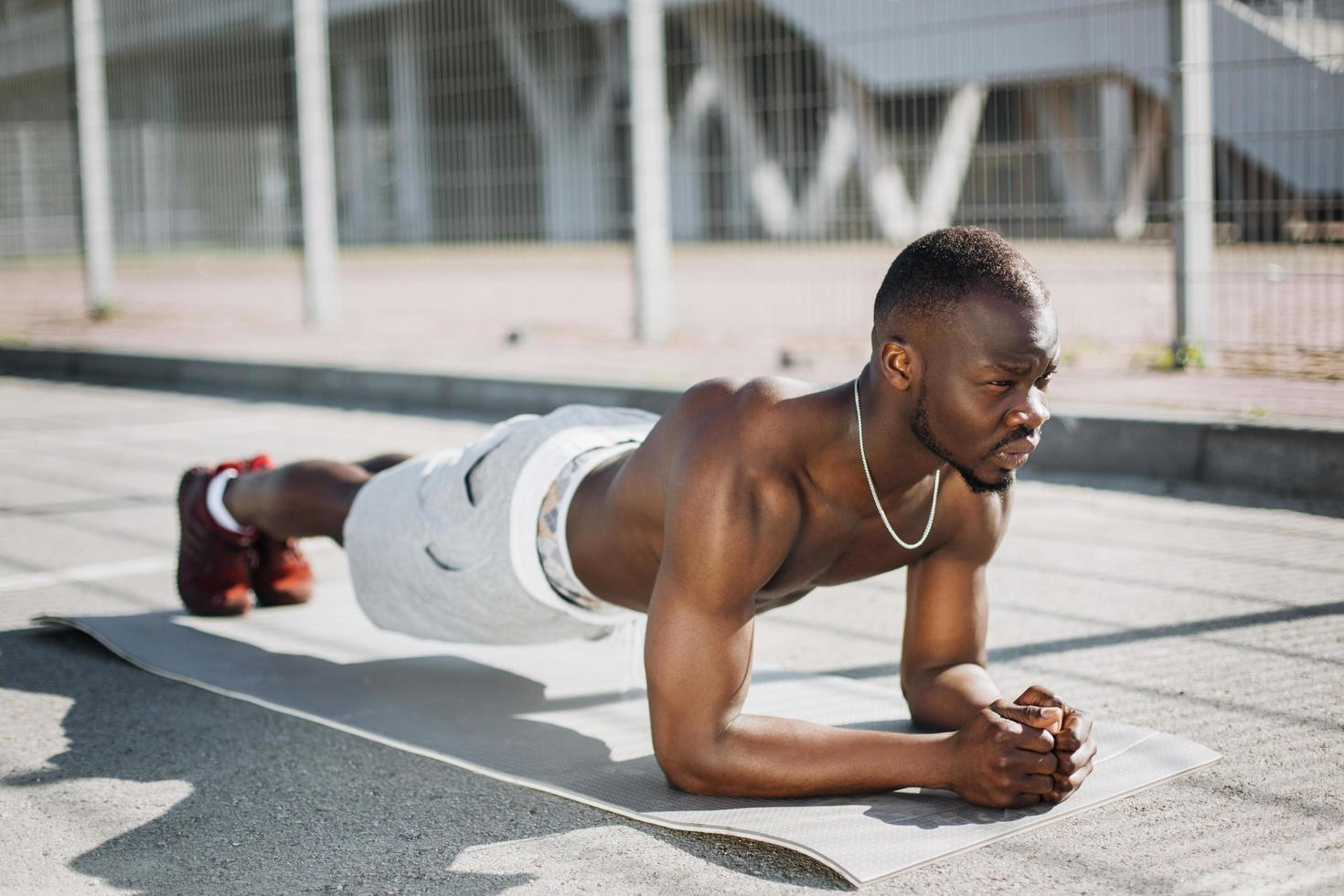 fit man doet plank foto
