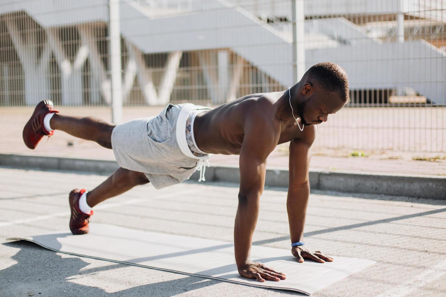 zwarte man doet oefeningen buiten foto