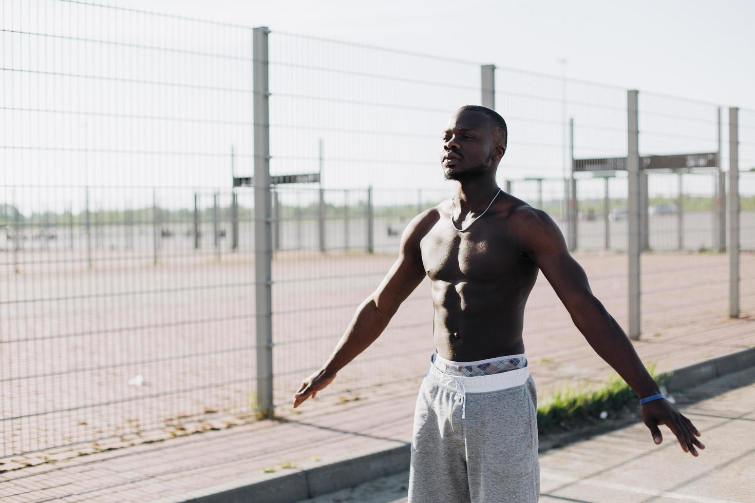 Afro-Amerikaanse man doet ademhalingsoefeningen foto