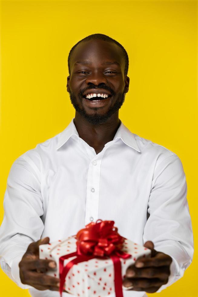 lachende man met een cadeautje foto