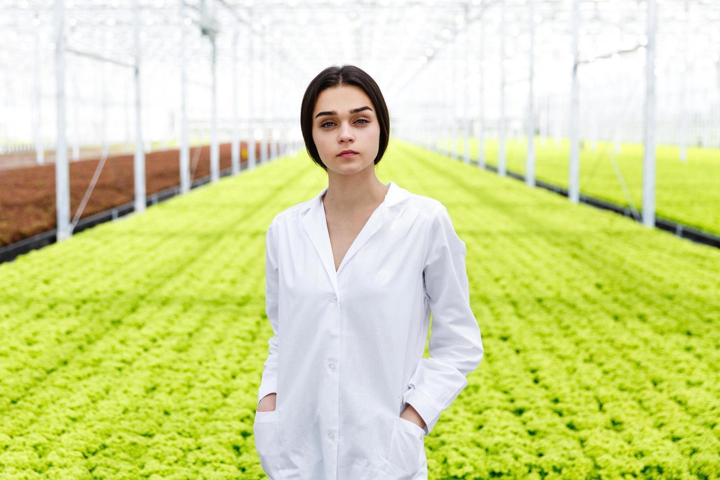 vrouwelijke onderzoeker in wit gewaad foto