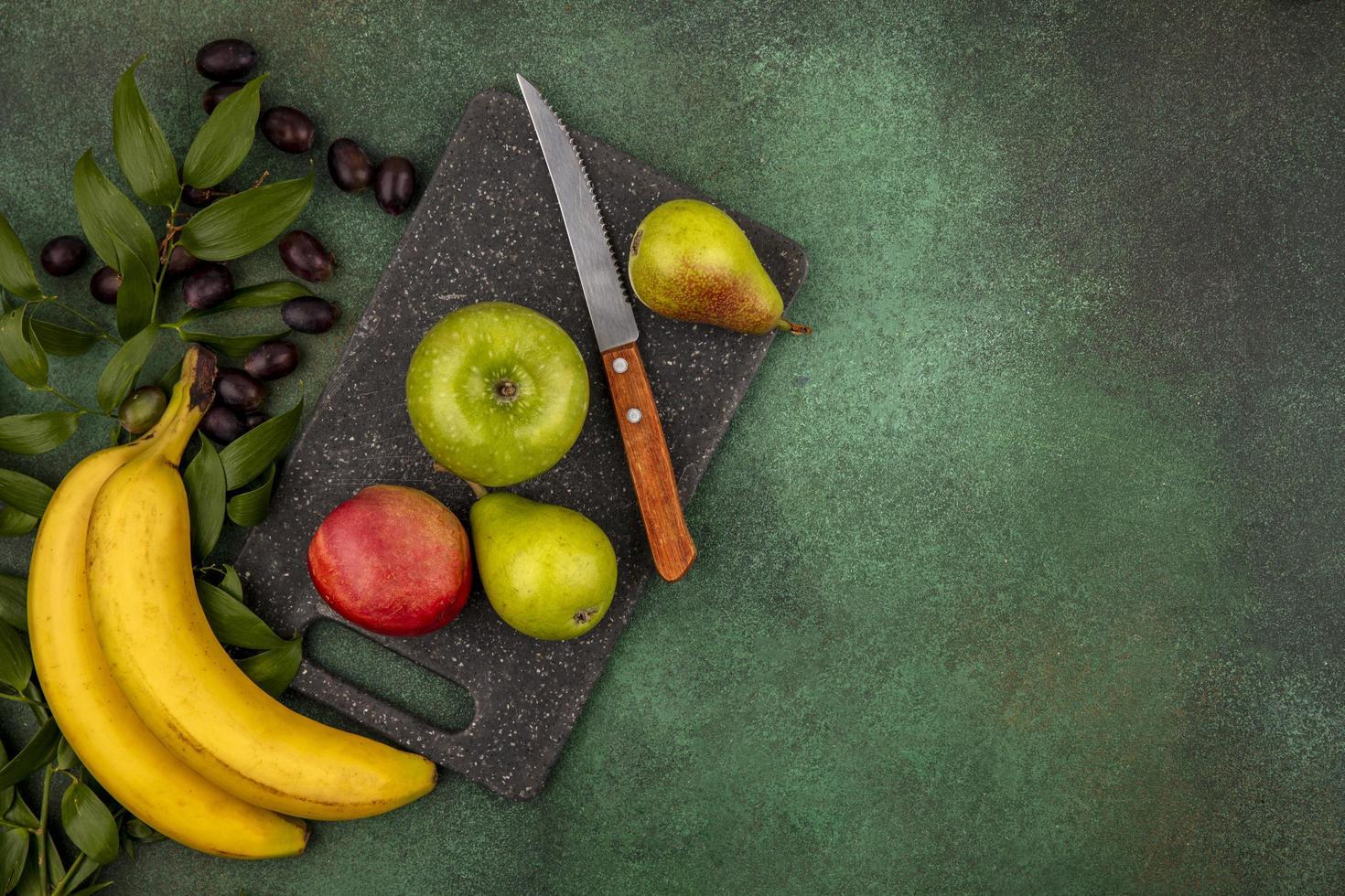 geassorteerde fruit op groene achtergrond foto