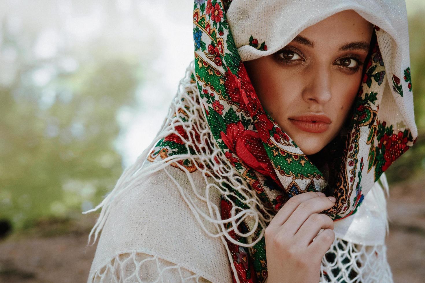 portret van een jong meisje in een Oekraïense etnische jurk foto
