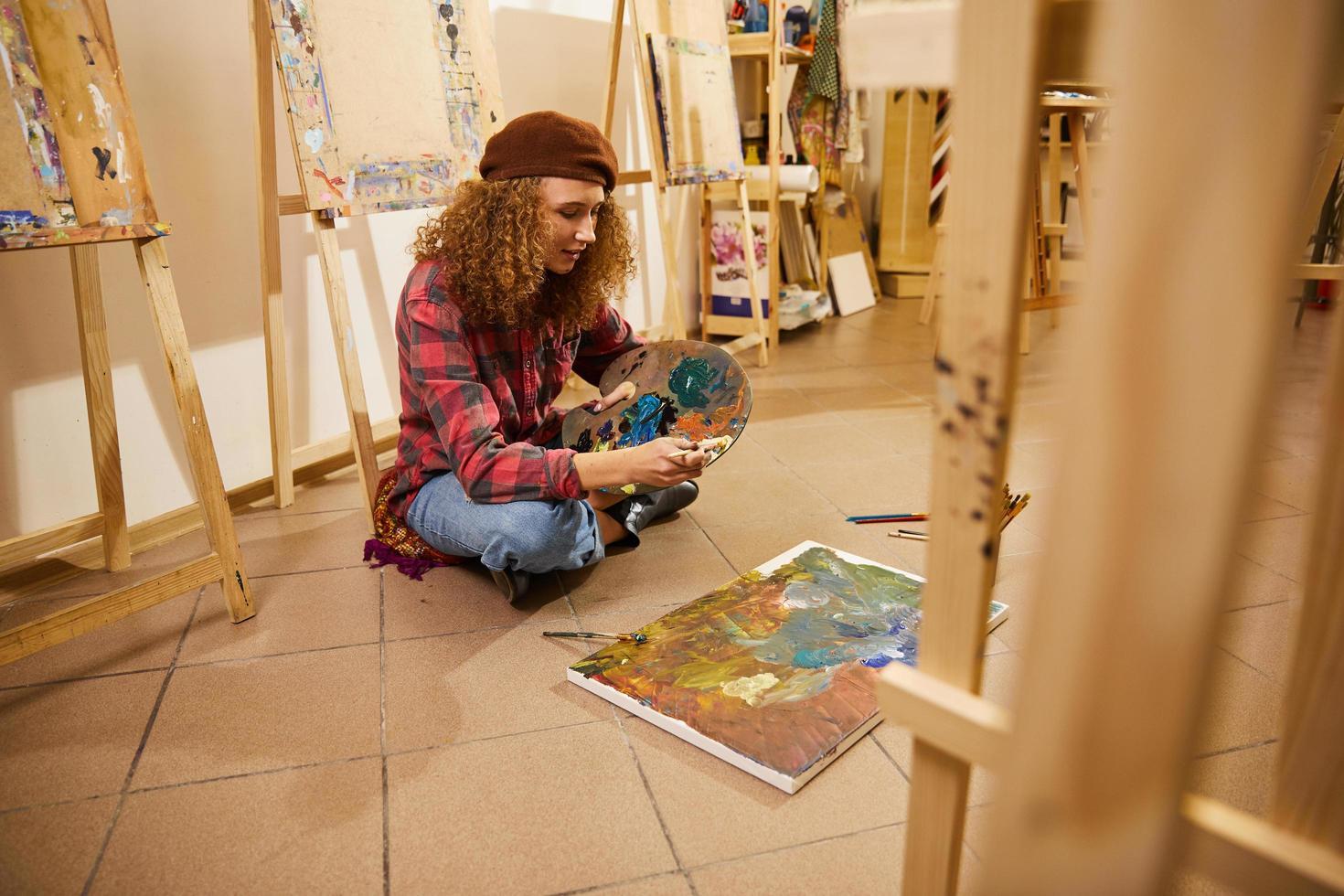 kunstenaar schilderen in de studio foto