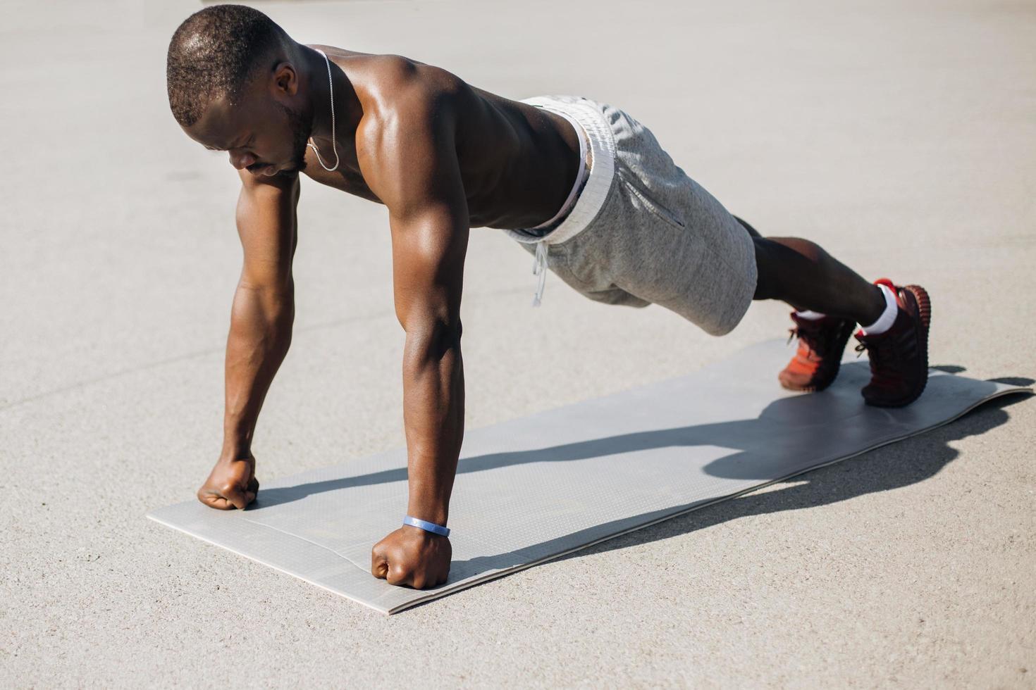 Afro-Amerikaanse man doet push-ups foto