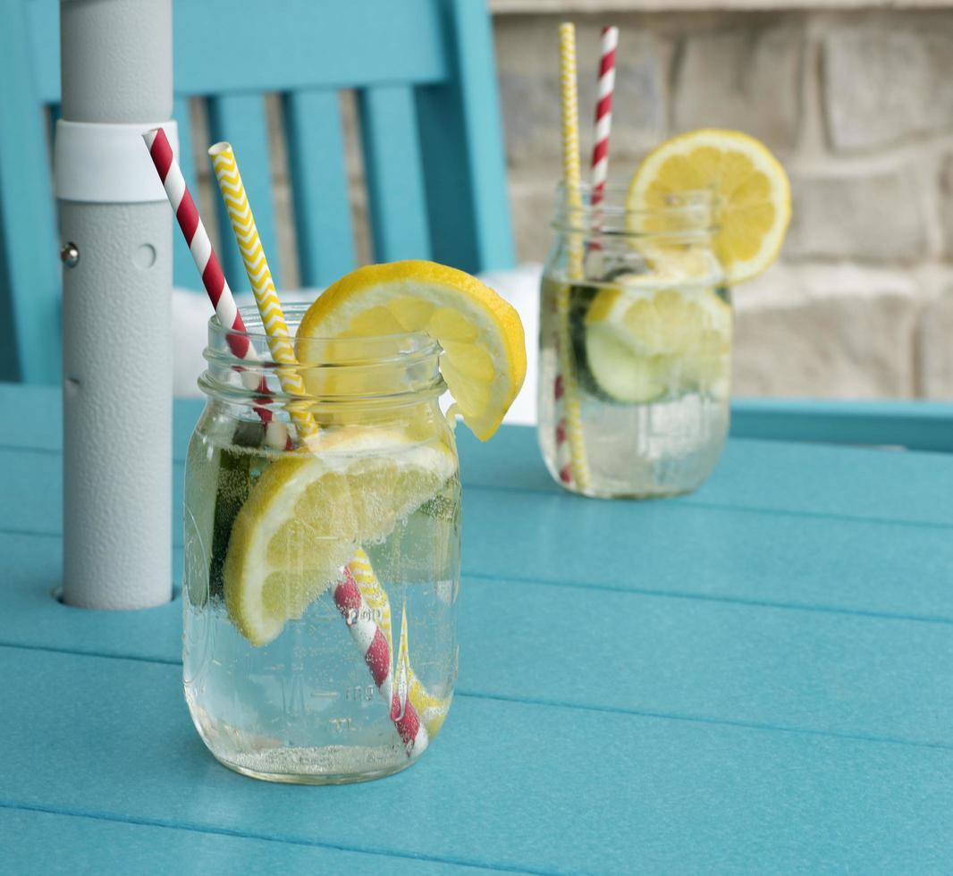gesneden citroen in een koolzuurhoudende drank foto