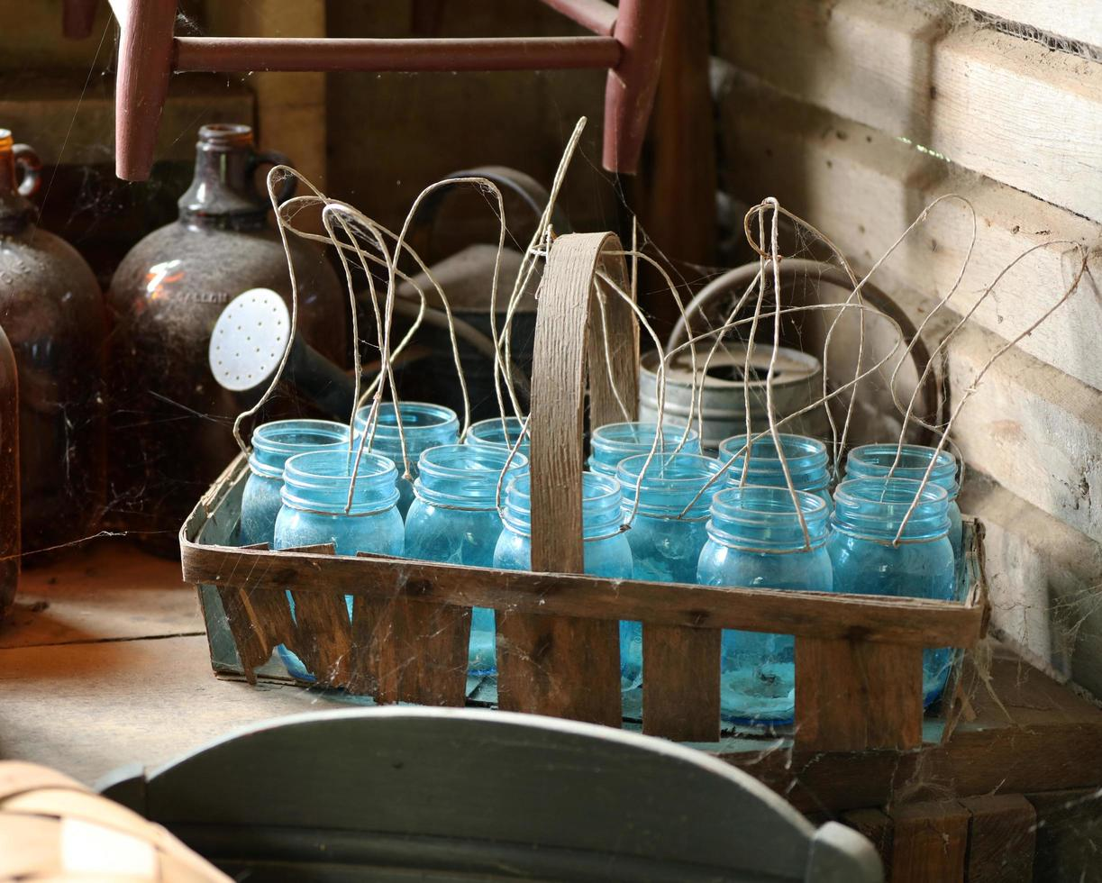 blauwe glazen potten op bruine houten mand foto