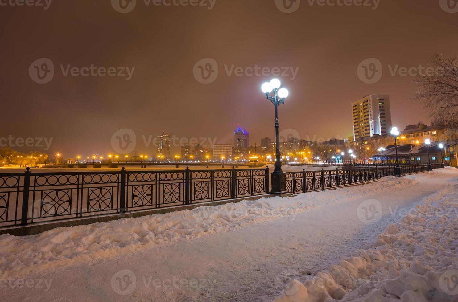 rivierpromenade in de stad Donetsk in de winter. foto