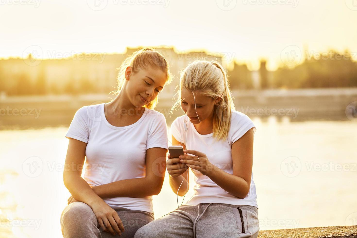 vriendschap, twee meisjes die lol hebben foto