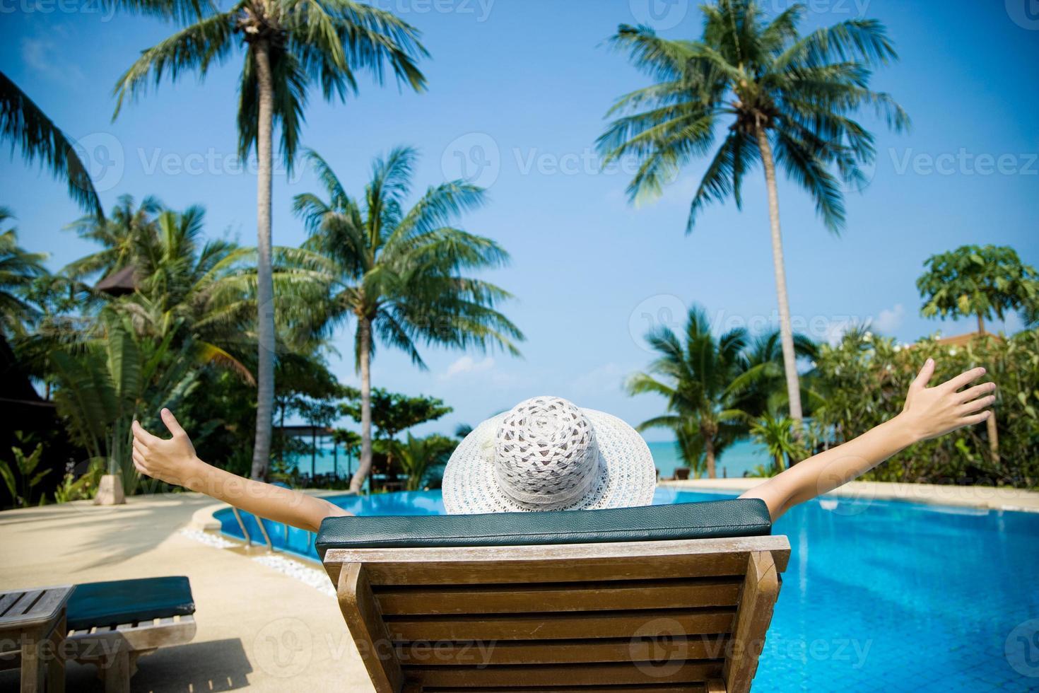 vrouw zonnebaden in strandstoel foto