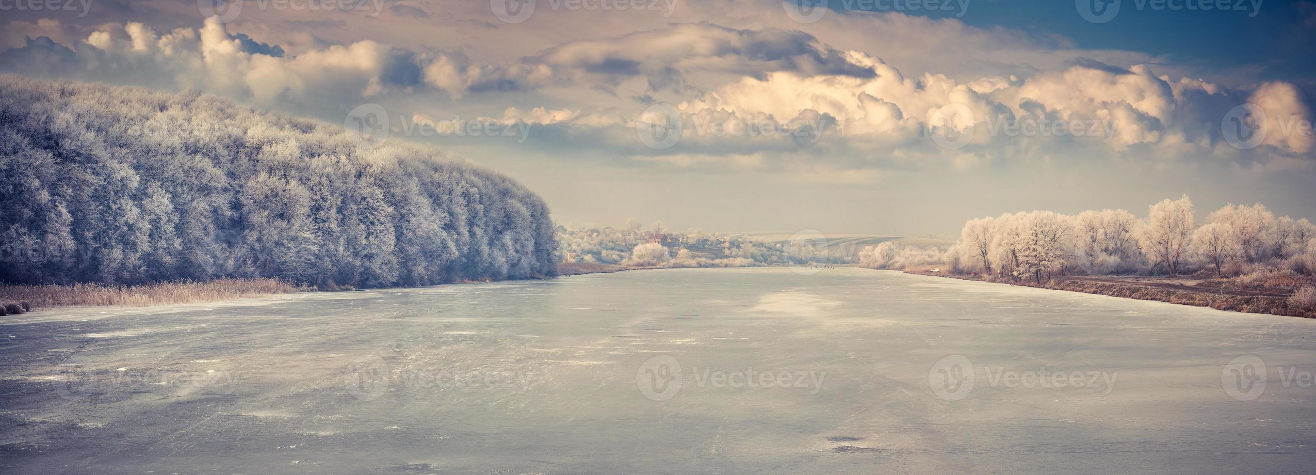 panorama van de bevroren rivier. foto
