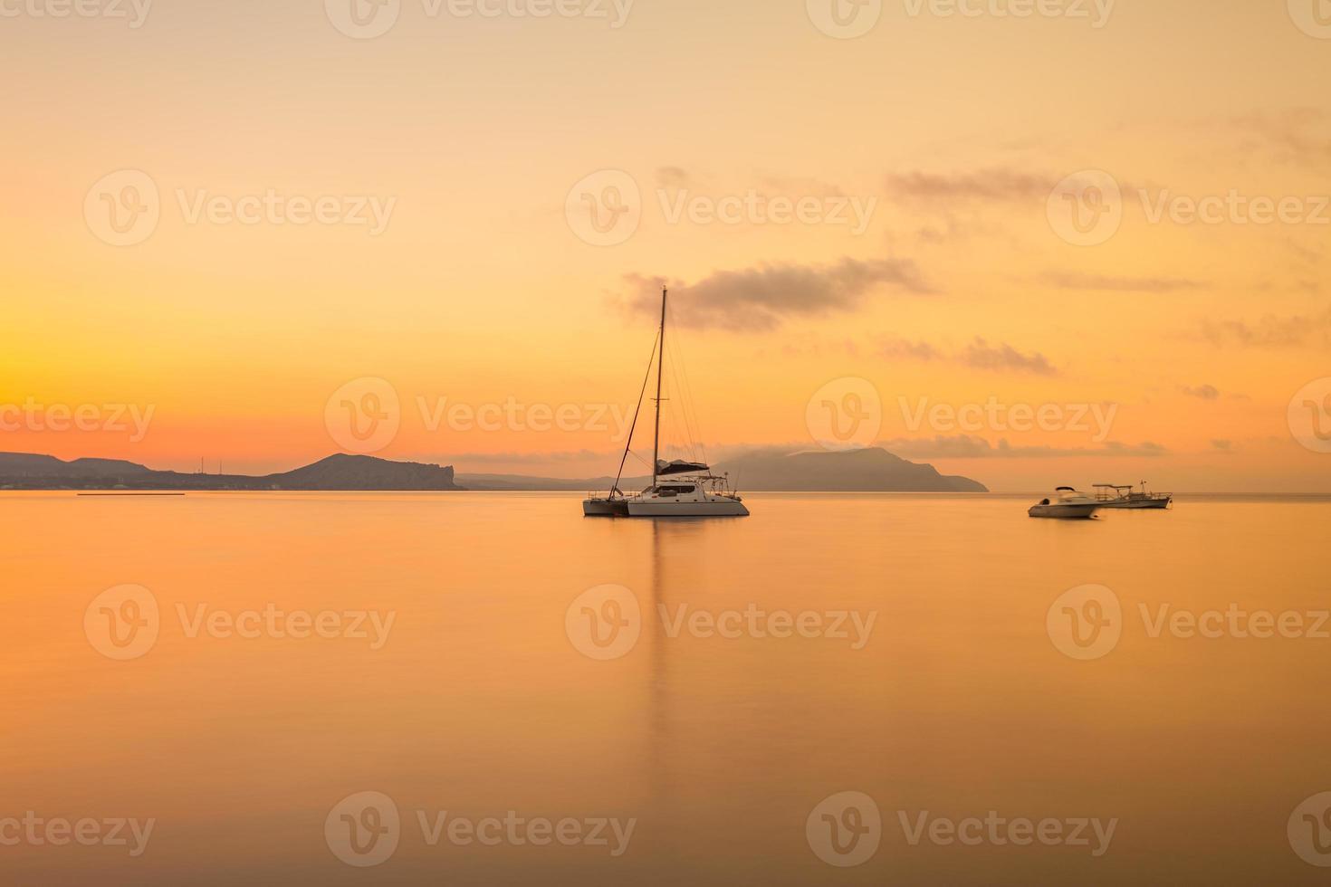 minimalistisch zeegezicht. kust zonsopgang. foto