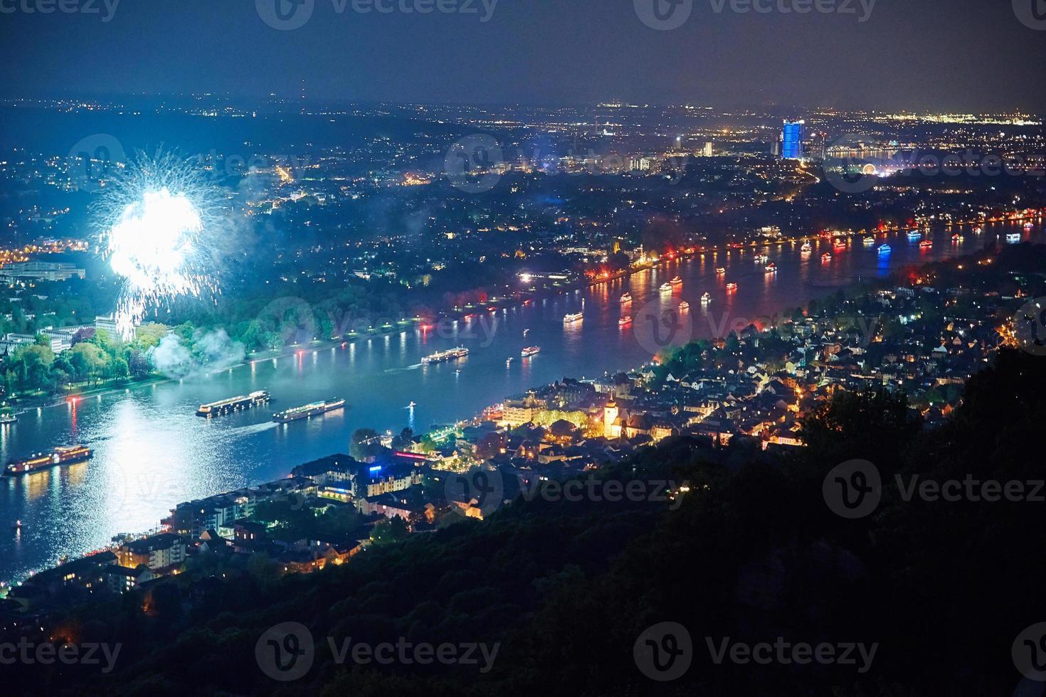 vuurwerkevenement met verlichte schepen en skyline foto