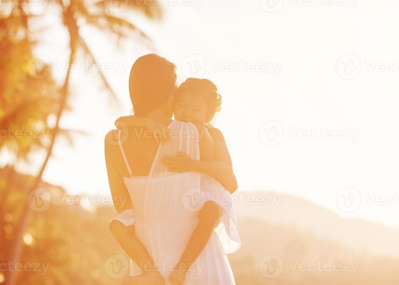 moeder en dochter in beachat sunsat, gelukkig foto