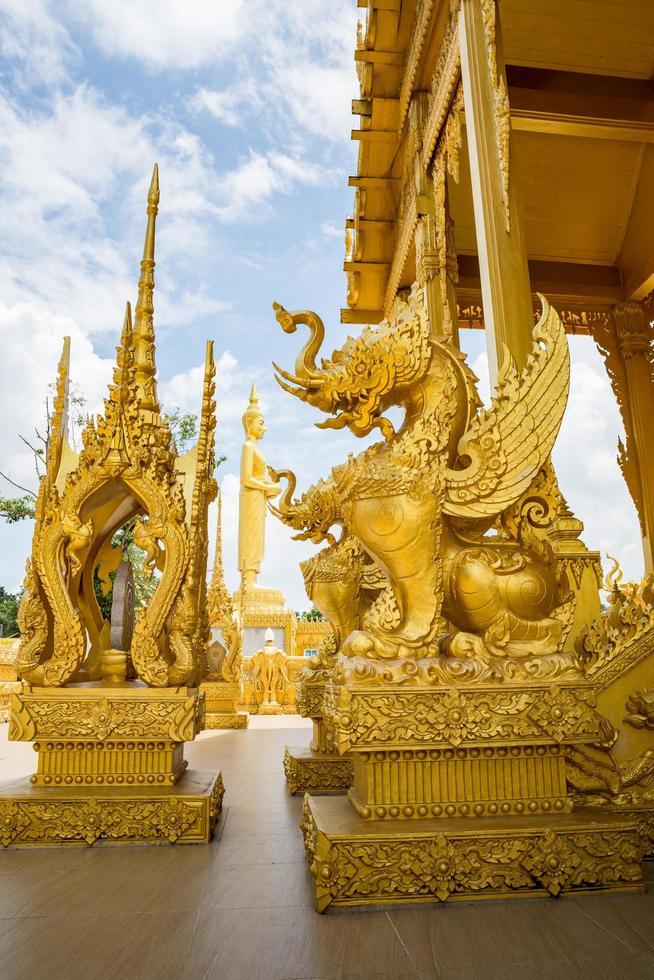 standbeelden bij de gouden tempel van wat paknam jolo foto