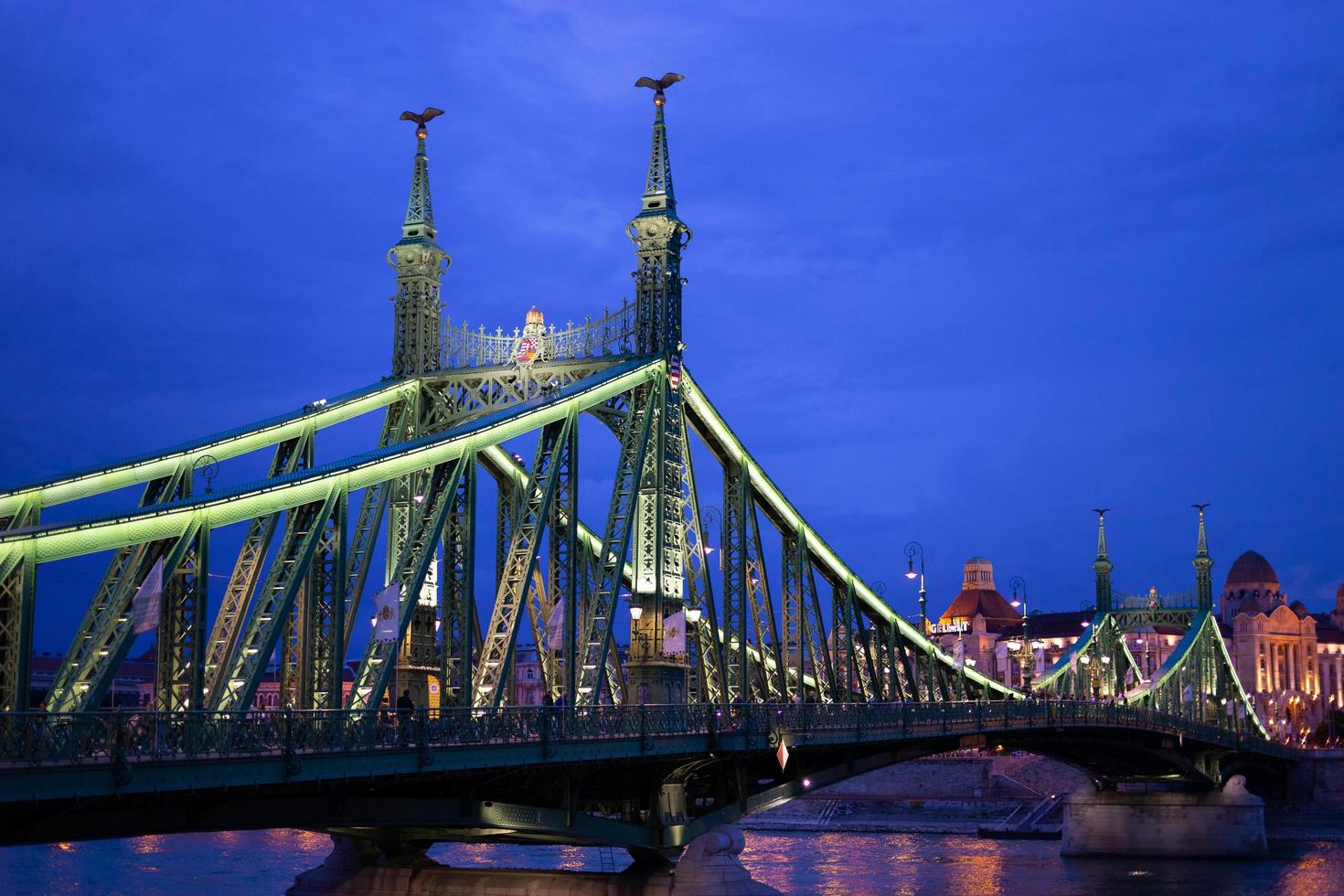 boedapest, hongarije, 2020 - verlichte brug 's nachts foto