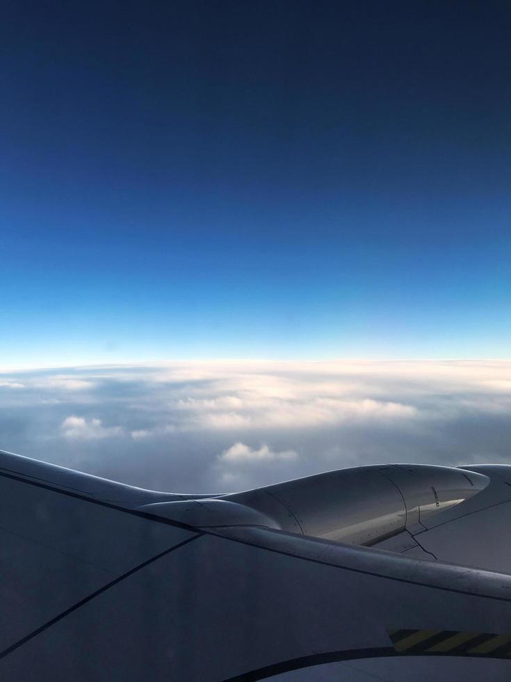 weergave van een blauwe lucht en wolken vanuit een vliegtuig foto